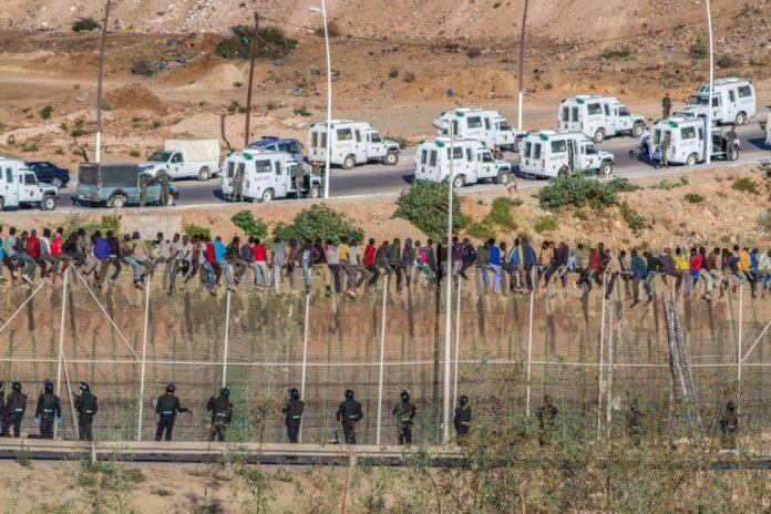 المغرب يعتزم ترحيل المهاجرين الذين تم توقيفهم في الحدود الإسبانية وسط جدال كبير حول سياسة القمع